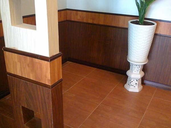 Gạch ốp tường vân gỗ cùng màu với gạch lát nền